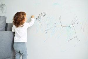 Почему дети любят рисовать на стенах и мебели?